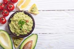 Guacamole med ingredienser arkivfoton