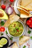 Guacamole, mergulho mexicano tradicional feito do abacate, cebola, tomates, coentro, pimentas, cal e sal com a adição o foto de stock