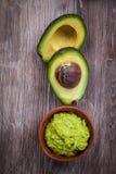 Guacamole met avocado stock afbeeldingen