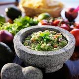 Guacamole mexicano no molcajete de pedra fotografia de stock royalty free