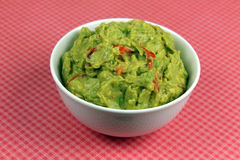 Guacamole mit Tortilla-Chips Stockbild