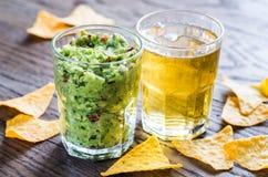 Guacamole mit Tortillachips Stockfoto