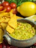 Guacamole in naar huis bewerkte kom met tortilla rond spaanders royalty-vrije stock foto's