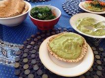 Guacamole, pan plano, ensaladas Foto de archivo