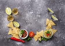 Guacamole, Salsa, Chips Nachos und Tequila lizenzfreies stockbild
