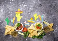 Guacamole, Salsa, Nachos und Tequila lizenzfreies stockfoto