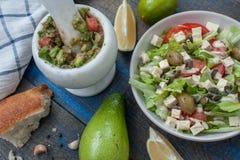 Guacamole - sauce et ingrédients latino-américains avocat, tomates, oignon, citron, ail, chaux et salade verte Photos libres de droits