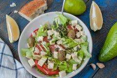 Guacamole - sauce et ingrédients latino-américains avocat, tomates, oignon, citron, ail, chaux et salade verte Photo libre de droits