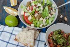 Guacamole - sauce et ingrédients latino-américains avocat, tomates, oignon, citron, ail, chaux et salade verte Photographie stock