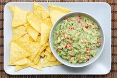 Guacamole und Chips Lizenzfreie Stockfotografie