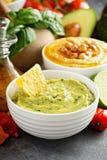 Guacamole und hummus in den weißen Schüsseln lizenzfreie stockfotos