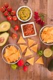 Guacamole- und Nachochips lizenzfreie stockbilder