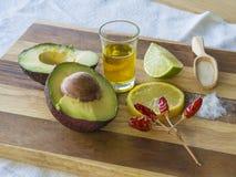 Guacamolebestandteile halbierten reifes Avocadokalk-Zitronensalz anflehen herein lizenzfreie stockfotos