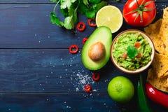 Guacamolebunke med ingredienser royaltyfri fotografi