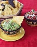 Guacamoledopp med chiper Arkivfoto