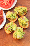 Guacamolegarnelentoast goss mit Zitrone und Limettensaft hinein Stockfotos