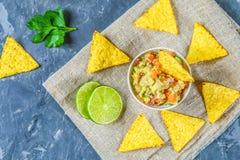 Guacomole är en traditionell mexicansk sås som består av den grated avokadot, limefruktfruktsaft, den röda löken, tomater, vitlök Royaltyfria Bilder