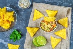 Guacomole är en traditionell mexicansk sås som består av den grated avokadot, limefruktfruktsaft, den röda löken, tomater, vitlök Arkivfoto