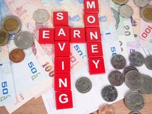 Guadagni, conservando il concetto, le banconote e le monete, soldi di baht tailandese Immagini Stock