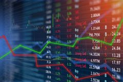 Guadagno e profitti di concetto del mercato azionario e di investimento finanziario con i grafici sbiaditi del candeliere fotografia stock
