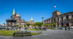 Guadalajara domkyrka och delstatsregeringslott - Guadalajara, Jalisco, Mexico Royaltyfri Bild