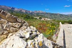 Guadalest by i steniga berg, Costa Blanca royaltyfri bild