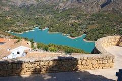 Guadalest sjö och by. Arkivbild