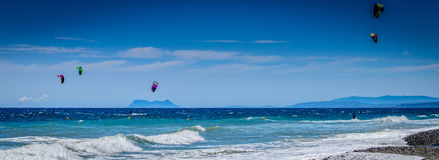 Guadalmansa海滩的风筝冲浪者 免版税库存图片