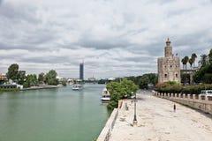 Guadalquivir flodinvallning och guld- torn (Torre del Oro) Arkivbild