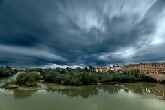 Guadalquivir rzeka na swój sposobie przez cordoby, Hiszpania fotografia royalty free