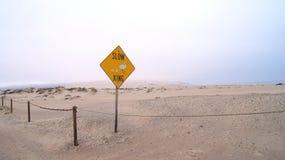 Guadalupe-Nipomo, CALIFORNIË, VERENIGDE STATEN - OCT 8, 2014: zandduinen en een straat binnen het Nationale Park in CA  Stock Fotografie