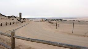 Guadalupe-Nipomo KALIFORNIEN, FÖRENTA STATERNA - OKTOBER 8, 2014: sanddyn och en gata inom nationalparken i CA along arkivbild