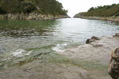 Guadamiastrand at high tide in Asturias, Spanje stock afbeeldingen