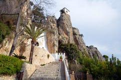 Guadelest城堡在贝尼多姆附近的在西班牙 免版税库存照片