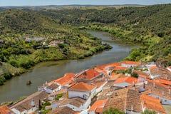 Guadiana-Fluss bei Mertola, Alentejo, Portugal lizenzfreies stockfoto