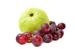 Guaiava fresca con l'uva rossa Fotografie Stock