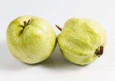 Guaiava (frutta tropicale) su fondo bianco Fotografie Stock