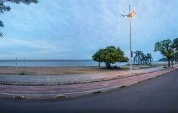 Guaiba河海滩在Ipanema -阿雷格里港,南里奥格兰德州,巴西 免版税库存图片