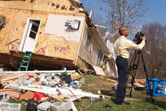 Guaime di ciclone della copertura del relatore di notizie Fotografia Stock Libera da Diritti