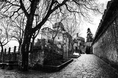 Guaita圣马力诺堡垒在登上Titano的在晚上 黑色白色 图库摄影