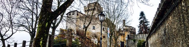 Guaita圣马力诺堡垒在登上Titano的在晚上 免版税图库摄影