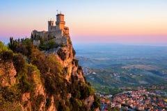Guaita tornfästning på soluppgång, San Marino arkivbild