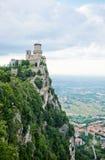 Guaitavesting op Monte Titano met de stad van San Marino in backgro Stock Foto