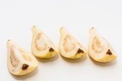 Guajava-Frucht schnitt in vier Stücke Lizenzfreies Stockfoto