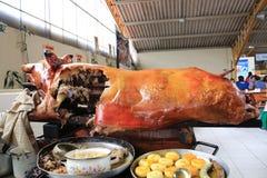 Gualaceo - Ecuador 5-5-2019: Ganzes Schwein, gebraten und bereit, in den Stücken geschnitten zu werden und gedient zu werden stockfotografie