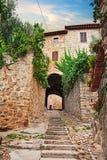 Gualdo Cattaneo, Perugia, Umbria, Italia: vecchio vicolo al entran Fotografia Stock Libera da Diritti