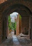 Gualdo Cattaneo, Perugia, Umbrien, Italien: alte Gasse im ol lizenzfreie stockfotografie