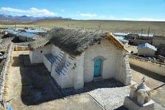 Guallatire by och kyrka arkivfoto
