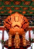 Guan Yin金黄木雕象用1000个现有量 图库摄影