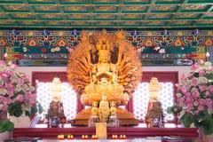 Guan Yin金黄木雕象用1000个现有量 库存图片